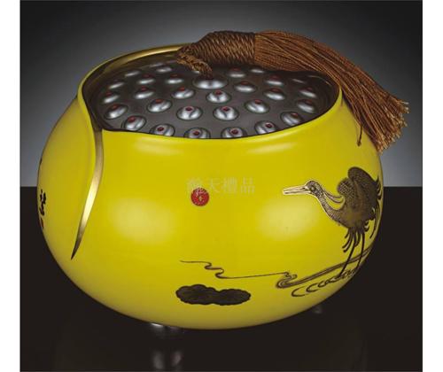 《一路连升》黄瓷罐